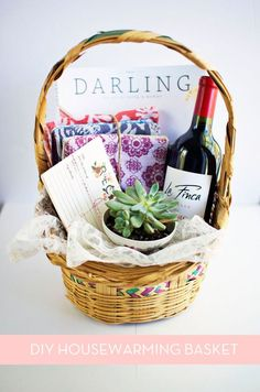 DIY gifts: How to: Make the Perfect DIY Housewarming Basket Housewarming Gift Baskets, Wine Gift Baskets, Basket Gift, Creative Gifts, Unique Gifts, Best Gifts, Cheap Gifts, Diy Décoration, Wine Gifts