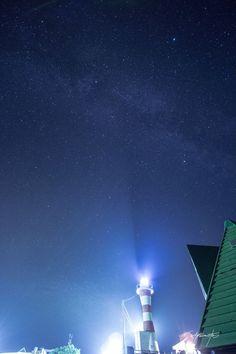 Sky which a lighthouse draws.  灯台が導く、空。  灯台は船を導く灯かり。だけではなく。 こうして、空にある星達も導くのです。   気に入っていただけたら沢山シェアしてくださいね。(^^)v