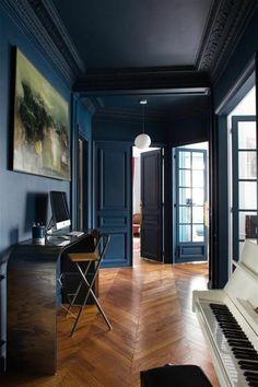 décorer son appartement, piano et sol en parquet, murs en bleu foncé, astus deco appartement