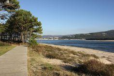 Paseo de madeira que parte da praia O Muíño e se dirixe cara ambos lados desta, sempre pola costa: cara Camposancos ou cara a Punta Santa Tegra. Ademáis pasa por el un tramo do Camiño de Santiago portugués costeiro.