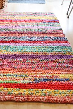 Crochet Rugs: Beautiful & lovely crochet rugs handmade crochet rug - rag rug out of t-shirts dyigpcq Crochet Home, Crochet Crafts, Yarn Crafts, Crochet Projects, Knit Crochet, Diy Crafts, Crochet Rag Rugs, Rag Rug Diy, Crochet Carpet