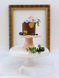 Naked ganache cake with gold touches Ganache Cake, Cake Decorating Tutorials, Touch Of Gold, Chocolate Cake, Cake Recipes, Homemade, Christmas Ornaments, Holiday Decor, Cupcakes