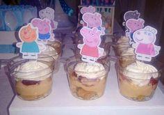 Postre trifle con vainillas con café,  queso crema con dulce de leche, frutillas y chantilly