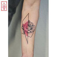 Tatuagem criada por Matheus Sari de Curitiba. Flor em preto e cinza com detalhe em colorido.
