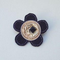 Broche fleur or/noir en feutrine et capsule alu recyclée