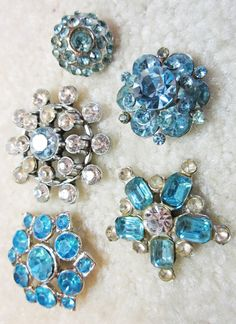 a Sparkly Vintage Rhinestone buttons Metal Buttons, Vintage Buttons, Vintage Pins, Vintage Style, Button Art, Button Crafts, Rhinestone Jewelry, Vintage Rhinestone, Types Of Buttons