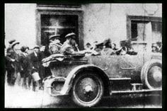 Last Photo of Michael Collins Alive 1922 outside the Munster Arms Hotel, Bandon, Co. Cork , Ireland Collins' convoy passing Lees Hotel in Bandon 20 minutes before reaching Beal na mBláth (est. Irish Republican Brotherhood, Ireland 1916, Easter Rising, Michael Collins, Ireland Homes, Al Capone, Thats The Way, Old Photos