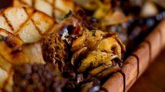 Une recette de filets de cerf marinés et grillés, sauce au bleuet, présentée sur Zeste et Zeste.tv.