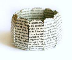 """Holzarmband (mit Gummiband) aus 10 Einzelteilen (ca. 2 x 5 cm) mit Auszügen aus Jane Austen`s """"Pride and Prejudice"""" überzogen.    Die Textpassagen aus"""