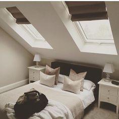 Delikat innredning på soverommet med liftgardiner Windows, Loft, Loft Conversion, Decor, Furniture, Bed, Home, Home Decor