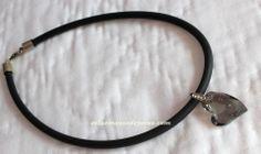 Collar corto de caucho negro y  precioso colgante de swarovski en gris humo Bisutería personalizada http://enlasmanosdeyaras.com/