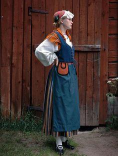 Tää ois niinku paikallinen kansallispuku. Simossa on vielä iha ikiomasa, mut tää Peräpohjolan puku kuitenki kattaa myös Simon.