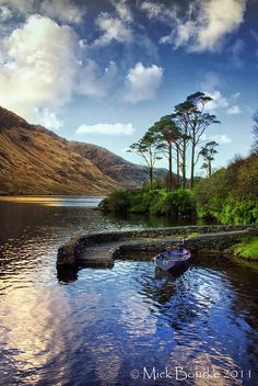 How beautiful does it look here, I would really like to visit Ireland as I've never been. What are the best places to visit? Ireland Places To Visit, Places To See, County Mayo Ireland, Espanto, Into The West, Ireland Landscape, Emerald Isle, Ireland Travel, Ireland Vacation