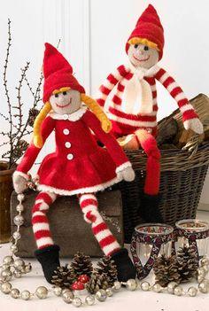 Lange, glade og fulde af spræl i benene. Strik de søde nisser til jul og sæt dem frem år efter år for at skabe den helt rigtige julestemning.