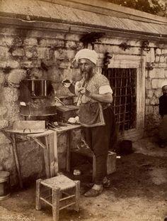 Seyyar kahveci, Abdullah Freres. Suna ve İnan Kıraç Vakfı Fotoğraf Koleksiyonu   Coffee-seller, Abdullah Freres. Suna and İnan Kıraç Foundation Photograph Collection