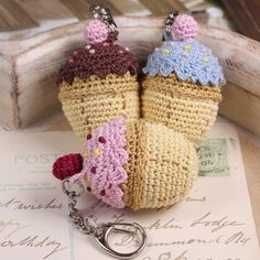 crochet cupcake keyrings - no pattern Crochet Cake, Crochet Amigurumi, Crochet Food, Love Crochet, Crochet Gifts, Knit Crochet, Crochet Keychain, Crochet Accessories, Yarn Crafts
