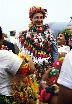 Jacques Chirac, premier ministre, arrive à Mata-Utu (Wallis-et-Futuna) recouvert de colliers de fleurs, le 31 août 1986. Simon Le Bon, John Taylor, Diana Ross, Debbie Harry, Cindy Crawford, Bruce Springsteen, Meryl Streep, Michael Jackson, French People
