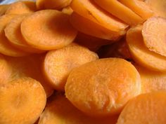 Drying Your Carrots: Oven Prep Pre-heat the oven to 140 degrees Fahrenheit, and lay the pieces of carrot, not quite touching and in a single layer, on a cookie sheet. Place an oven thermometer in the center of the cookie sheet so you can see it as you peek at the carrots from time to …