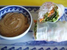 Rollos asiáticos de primavera con salsa de maní. Rice paper summer roll with peanut sauce