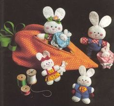 I made these in the early 80's for my children. They still have them. Pattern for felt bunnies - Molde família coelho
