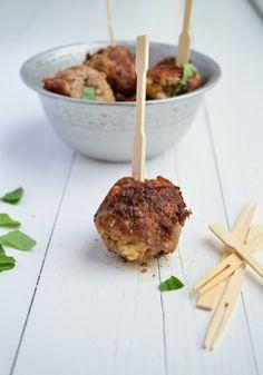 Een lekker borrelhapje zijn gehaktballetjes met feta en munt.