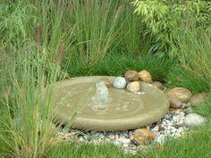 Plaatsbesparende fonteinschalen Onze Fonteinschalen zijn gemakkelijk te installeren en nemen maar weinig ruimte in beslag. Met deze handgemaakte schaal kunnen dus ook kleine tuinen worden verrijkt met bewegend water.