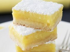 Zitronenkuchen nach amerikanischer Art American-style lemon cake is a recipe with fresh ingredients from the sheet cake category. Try this and other recipes from EAT SMARTER! Lemon Recipes, Sweet Recipes, Baking Recipes, Cupcake Recipes, Lemon Squares Recipe, Dessert Oreo, Bbq Dessert, Lemon Cake Mixes, Food Cakes