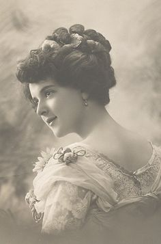 vintage everyday: The Beauty of Edwardian Women – Charming Photos of 'Ladies from the Back' in the Vintage Abbildungen, Photo Vintage, Moda Vintage, Vintage Girls, Vintage Beauty, Vintage Postcards, Vintage Prints, Vintage Photos Women, Images Vintage