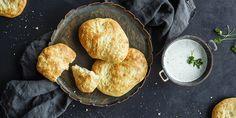 Nanbrød er obligatorisk til indisk mat. Her får du tips for å lykkes med nanbrød. Oppskrift på Saritas beste nanbrød.