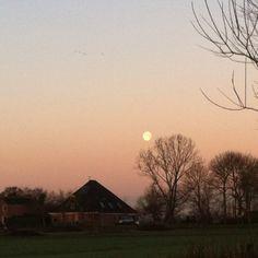 #100happydays day 70. De zon was prachtig vanochtend, maar wanneer je de andere kant op keek zag je deze mooie maan!