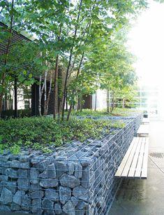 Bac de plantation en gabion avec banc intégré au Durham College à Oshawa, Ontario par les architectes paysagistes de northdesignoffice.