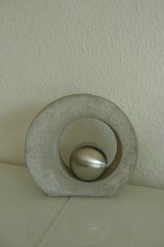 Beton -Zement Deko: Höhe 21.5 cm, Breite; 21,5 cm, Tiefe ( incl. Metallkugel) ca. 9,5 cm Gewicht 1990 g Einzelversand 4,99 Euro bei Bestelung von mehreren Teilen Versandkosten auf Anfrage