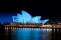 l'Opera House di Sidney, Australia, illuminata magicamente grazie a tantissime luci led