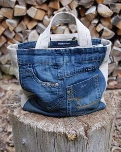 recycling jeans by Hercio Dias Blue Jean Purses, Denim Purse, Denim Crafts, Old Jeans, Denim Jeans, Fabric Bags, Quilted Bag, Handmade Bags, Handmade Bookmarks