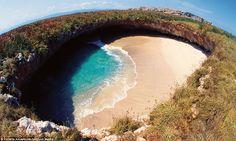 Playa de Amor, mais conhecida como Hidden Beach, essa praia literalmente fica escondida dentro das Ilhas Marietas, no México.