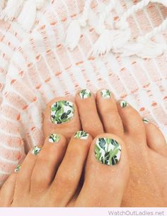 Banana leaf toes in green and white