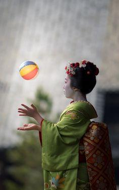 maiko 舞妓 Gion Kobu 祇園甲部 Katsuhana 佳つ花 KYOTO JAPA