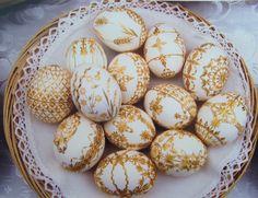 Straw decorated eggs, Marcela Hrabovská, Czech Republic, Courtesy Czech Cookbook dot com - Ostereier Dekorieren Easter Egg Dye, Coloring Easter Eggs, Painting Styrofoam, Polish Easter, Egg Crafts, Easter Crafts, Czech Recipes, Holy Week, Egg Art