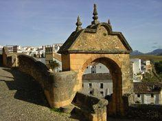 puerta de Felipe V de 1741 ,en el lugar donde estaba la puerta  árabe de la puente,al fondo la original espadaña de la iglesia del Padre Jesús