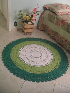 The round crochet rug is a versatile craft that you can make to decorate your home or even to sell and complement your income.