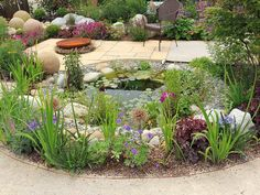 plato de fuego y estanque en el jardín