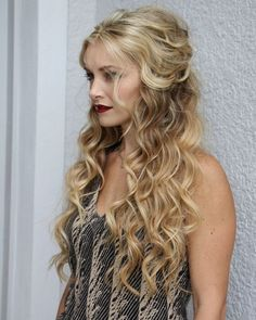 Who does not worry about their looks in prom night? A distinct prom hairstyle can make you center of attraction of the event. So do not waste time to check out for your own prom hairstyle. Just go through the article you will get here 20 unbelievably beautiful prom hairstyles for your hair.