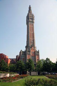 Hôtel de Ville Het stadhuis is gebouwd van 1924 tot 1932. Architect Emile Dubuisson liet zich inspireren door de Vlaamse huizen met hun driehoekige trapgevels. Het 104 meter hoge belfort staat op de Werelderfgoedlijst van de UNESCO. Het belfort is open elke dagen van 10u tot 13u en van 14u tot 17u30.