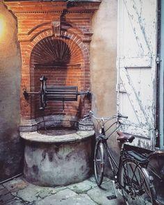 #Puits #cour intérieure du 12 rue Saint-Pantaléon #Toulouse  #ToulouseSecrète #ToulouseAutrefois #ByToulouse #VisitezToulouse #We_Toulouse #igerstoulouse #tourismemidipy #patrimoine #courtyard #vélo #bike #briques #brick
