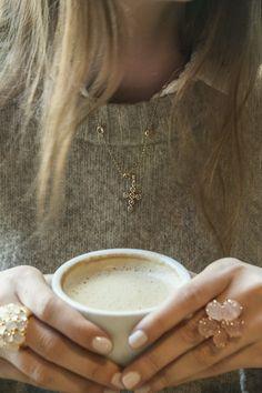 Anillo flor, anillo oro rosa, anillos originales, anillos grandes, anillos con piedras semipreciosas, anillo madreperla, anillo cuarzo rosa. Colgante cruz, collar cruz, collar para el dia a dia. Collar sencillo, cadena de oro, collar dorado.  Hygge, taza de cafe. Joyas Coolook