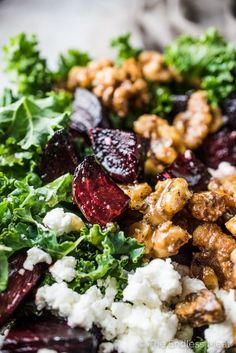Farro Roasted Beet and Kale Salad is ridiculously delicious. It's tossed in a maple balsamic dressing and dotted with roasted beets, maple candied walnuts, goat cheese Beet Goat Cheese Salad, Roasted Beet Salad, Beet Salad Recipes, Roasted Walnuts, Summer Salad Recipes, Feta Salad, Summer Salads, Healthy Recipes, Smoothie Recipes