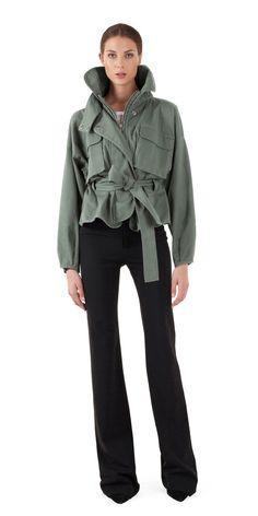 A lighter and suppler cotton twill version of our classic Kayla. - Oversized collar - Tie waist belt detail - Elastic waist detail at back - Center front zipper