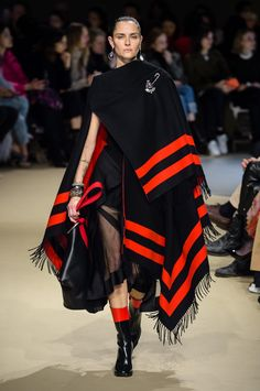 All of the best looks of the Alexander McQueen runway collection from Fall 2018 Fashion Week Love Fashion, Runway Fashion, Fashion Design, Bohemian Fashion, Womens Fashion, 90s Fashion, Couture Fashion, Paris Fashion, Bohemian Style