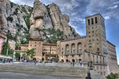 Fuimos a Monserrat! Un monastario bonito y interesante. Quiero regresar y dar una caminata por los senderos en la montaña.   Visit Montserrat - Travel tips for Barcelona, Spain: http://www.ytravelblog.com/things-to-do-in-barcelona/