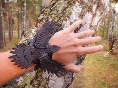 Pulsera de cuero tallado Raven Raven pulsera de por RozaBracelets